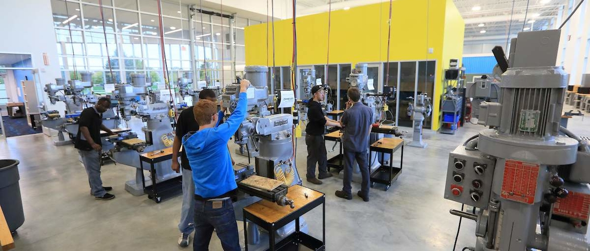 Students learning on machines at the LMC Hanson Technology Center